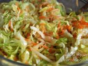 Салат с айсбергом, морковью и яблоком