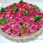 salat-rozovyj-buket-s-blinami-i-svekloj