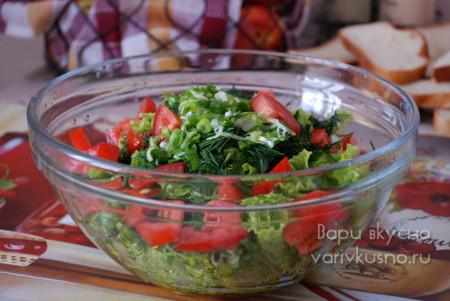 салат из зелени и помидор