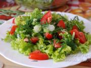 Салат из зелени с помидорами