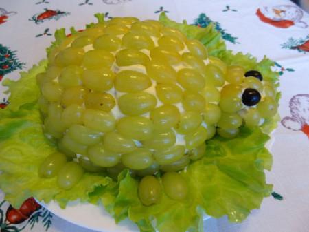 Салат Черепаха с виноградом фото