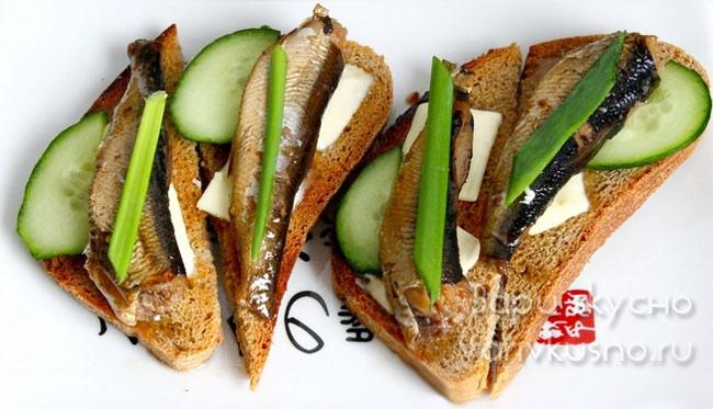 Жареный хлеб со шпротами