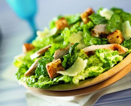 Как приготовить салат Цезарь в салатнике