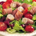 salat-s-vetchinnymi-ruletikami-na-podushke-iz-zeleni
