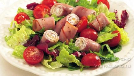 салат с ветчинными рулетиками