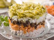 Салат Обжорка с грибами шампиньонами, солеными огурцами и курицей