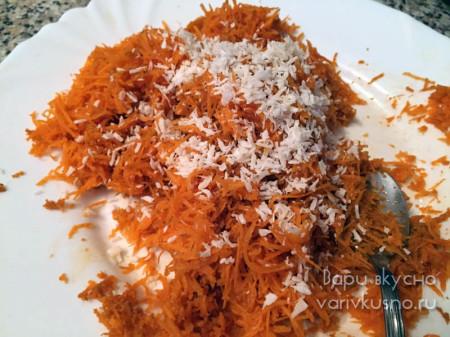 посыпаем морковь кокосовой стружкой