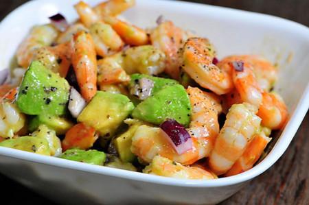 Новогодний салат с авокадо и креветками