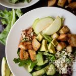 салат с авокадо, яблоком, огурцом, сухариками и сыром горгонзола