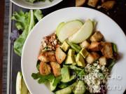 "Салат с авокадо, яблоком, огурцом, сухариками и сыром ""Горгонзола"""